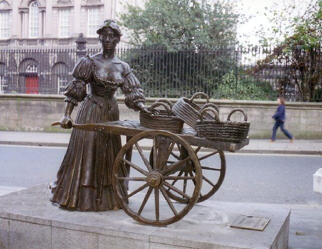 molly malone statue Dublin by Tom Courtney