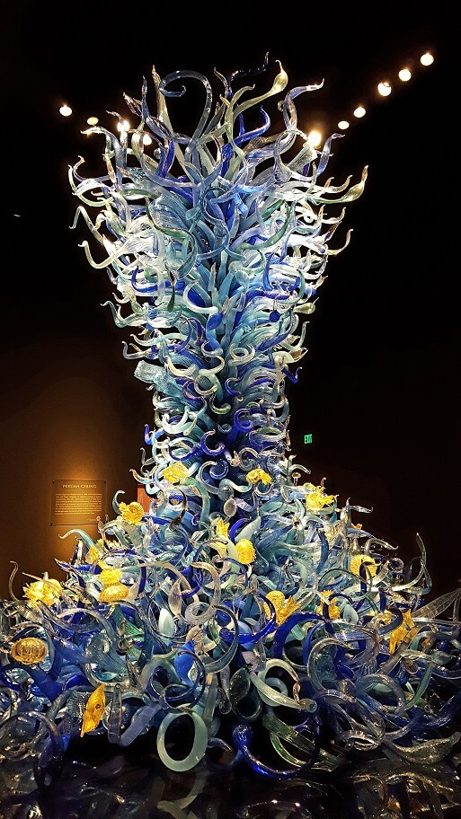Chihuly Seattle Sealife Room large blue glass sculpture vertical (photo by Sheila Scarborough)
