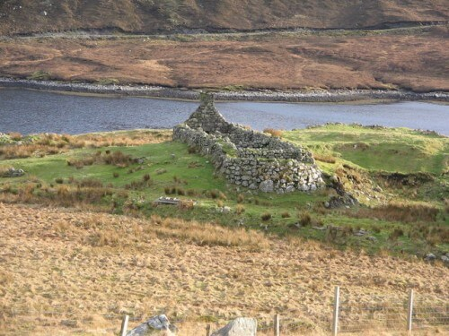 Ruin_on_shore_of_Loch_Seaforth,_Isle_of_Lewis_-_geograph.org.uk_-_135706[1]