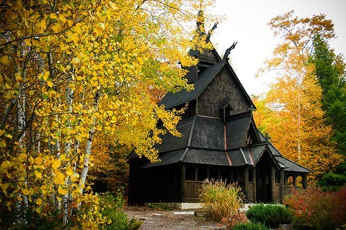 Fall foliage outside of New England Wisconsin fall color at a Door County stave church (courtesy darling.clandestine at Flickr CC)