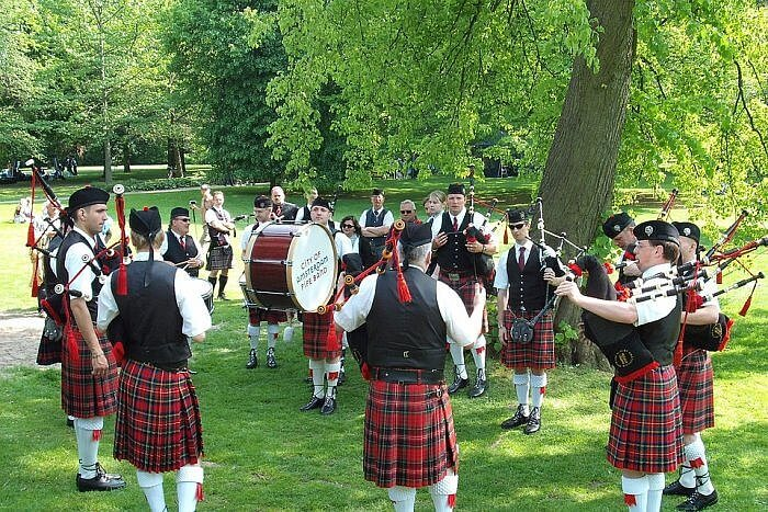 piping scotland pipe band red kilt