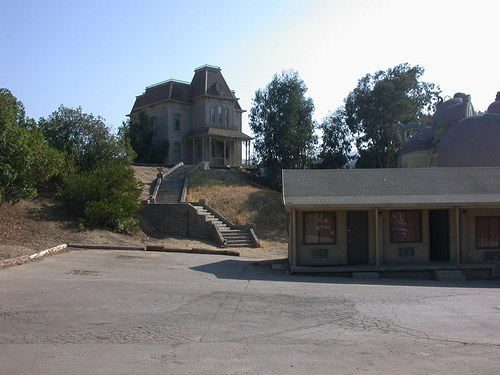 Psycho House and Bates Motel movie set (courtesy cliff1066 on Flickr CC)