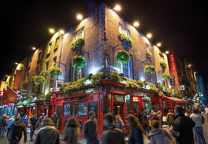temple bar dublin trad fest street scene evening